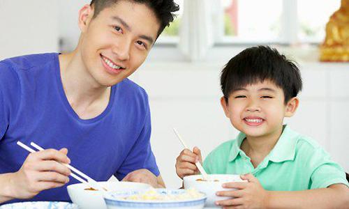 Cha dạy con bài học làm người qua bát mỳ trứng. Ảnh minh họa: Theasianparent.