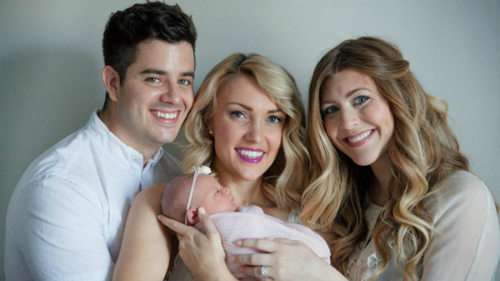 Vợ chồng Amanda hạnh phúc bế con gái Adalyn do em dâu Rachel (bên phải) mang thai và sinh hộ. Ảnh: PA Real Life