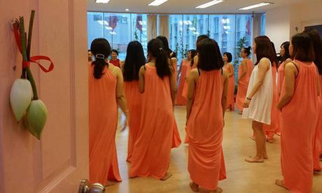 Những cô gái có chồng nhờ đi học nghệ thuật 'cưa'