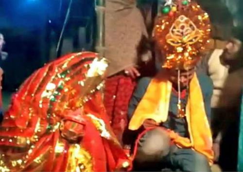 Chàng kỹ sư gào khóc khi bị ép làm lễ cưới với cô gái anh chưa hề gặp. Ảnh: The Sun.