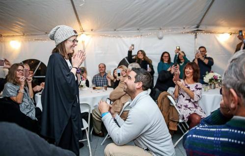 Nicole tràn ngập hạnh phúc trong giây phút Danny quỳ gối đưa nhẫn cầu hôn.