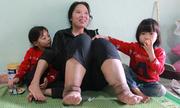 Người mẹ nhọc nhằn nuôi hai con nhỏ trên đôi chân voi kềnh càng