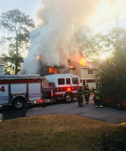 Lực lượng cứu hỏa tập trung trước ngôi nhà bị cháy của vợ chồng ông Harold Morse. Ảnh: Thestate.