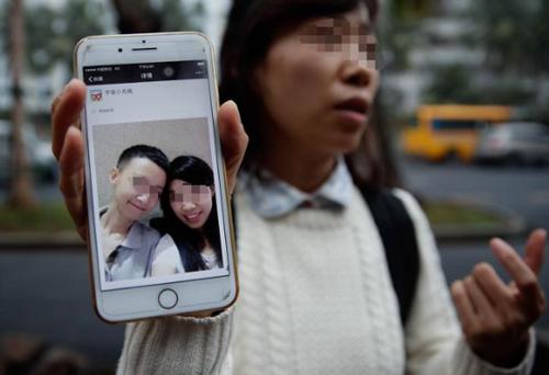 Wang đau đớn phát hiện bạn trai là con gái. Ảnh: Shanghaiist.