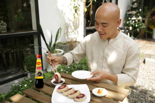 Anh Ngô Thanh Hòa - Quán quân Vua đầu bếp mùa đầu tiên thưởng thức món Tết Vạn ý nghĩa với nước tương đậu nành Maggi.
