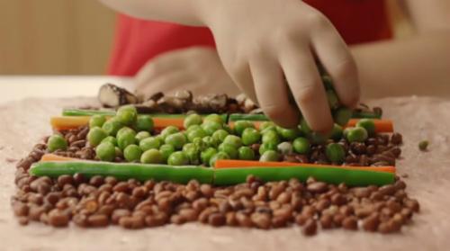 Món ăn được làm từ nhiều nguyên liệu quen thuộc và có ý nghĩa tốt đẹp như: đậu đỏ, đậu cô ve, nấm, cà rốt&