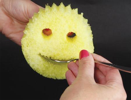 Thiết kế hình mặt cười giúp bạn cầm giẻ, rửa thìa dễ dàng.