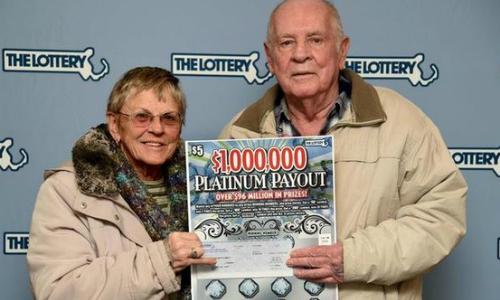 Vợ chồng ông Robert Goodwin nhận giải trúng số. Ảnh:Courtesy Massachusetts State Lottery.