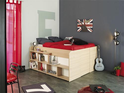 Chiếc giường có thiết kế được nâng cao để cất đồ bên dưới. Chủ nhà sẽ bước lên các ngăn đồ để lên chỗ ngủ.