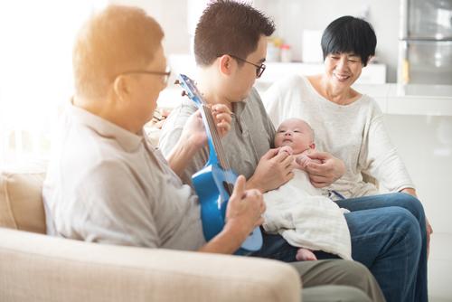 Chăm sóc con cái là nghĩa vụ và trách nhiệm của cả vợ lẫn chồng.