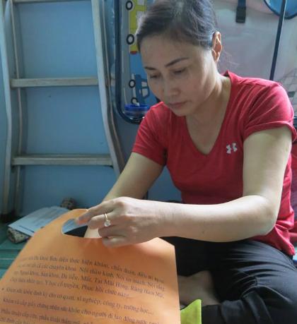 Để được nuôi đứa trẻ bỏ rơimột lần nữa, chị Hạnhxin nghỉ việc, chạy ngược xuôi làm hồ sơ. Ảnh: Phan Thân.