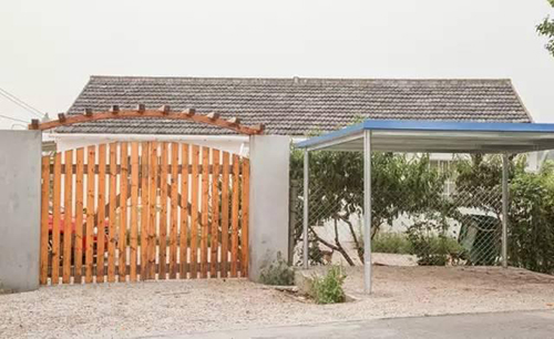 Sau khi sở hữu được khuôn viên này, cô bắt đầu tiến hành cải tạo. Kết cấu chính của nhà, hệ thống cột được giữ nguyên để tiết kiệm chi phí. Chủ nhà làm lại cửa, hàng rào và thêm mái hiên che mưa nắng.
