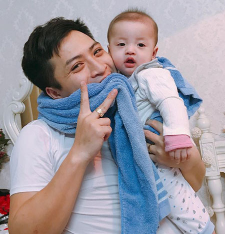 Việt Nam thắng, ông bố Hà Nội ngậm chặt khăn cổ vũ vì sợ con thức giấc