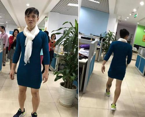 Mặc váy đi làm mừng U23, ông bố Hà Nội thành sao ở công ty
