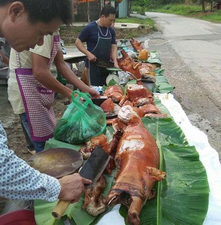 Tại thôn Bến (xã Cấm Sơn, Bắc Giang), người dân đã gác mọi công việc từ khoảng 10 giờ sáng nay, để ăn uống, nghỉ ngơi, chuẩn bị sức cổ vũ trận bóng lịch sử.