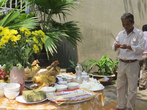 Nghi thức cúng gà được mọi người trong xóm thực hiện, cầu mong may mắn cho tuyển U23 Việt Nam.