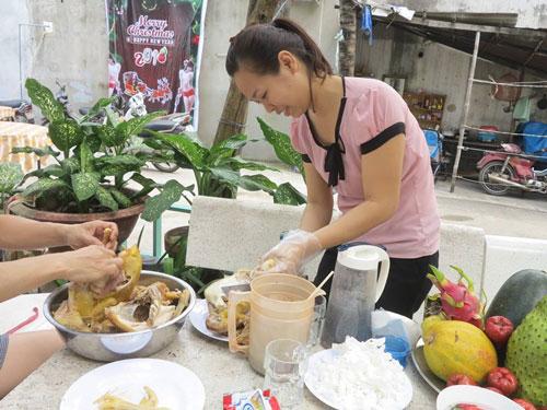 Xóm trọ của gia đình anh Hồng Phùng, sinh năm 1980, tổ chức góp tiền lại, các gia đình đều nghỉ việc để làm tiệc ăn mừng đội tuyển U23 Việt Nam.