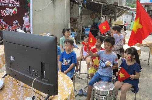 Một màn hình lớn được đặt ở đầu xóm trọ, tiện cho 12 gia đình trong xóm cùng nhau xem bóng đá.