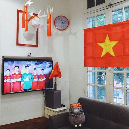 Anh Phương Nam, ở Hai Bà Trưng, Hà Nội, trang trí cờ đỏ sao vàng, băng rôn khắp nơi trong nhà.