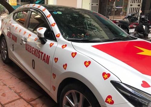 Anh Trần Duy Hưng, Kim Ngưu, Hà Nội dán xe chuẩn bị lên phố xem trận chung kết. Anh cho biết đã mang xe đi dán từ chiều qua với chi phí khoảng 1,5 triệu đồng. Cả nhà anh đã đặt chỗ tại một cửa hàng quen để xem bóng đá cùng bạn bè.
