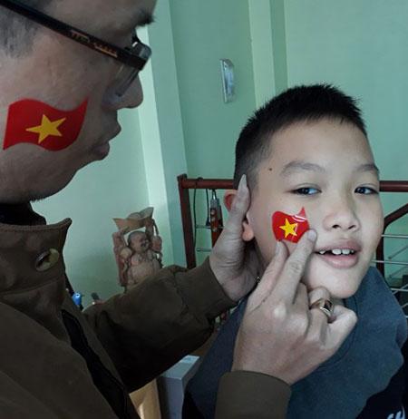 Bố con anh Ngọc, Đại Mỗ, Hà Nội, đang chuẩn bị tới một quán cà phê gần nhà để xem bóng đá.