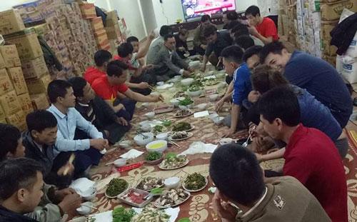 Xóm Đá Giỗ,xã Cẩm Phong (Cẩm Thuỷ, Thanh Hoá), người dânbắt đầu ngồi lại với nhau ăn uống, chờ xem trận đấu. Một nhà dân tài trợ 2 con lợn, làm 7 mâm cơm mời làng xóm ăntrưa và chiều 27/1.Một nhà hàng trong xãcũng làm 30mâm cơm, mời người dân ăn sau trận bóng.