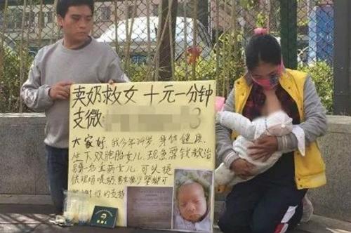 Cặp vợ chồng nghèo quỳ trên vỉa hè bán sữa lấy tiền chữa bệnh cho con - Ảnh: Shanghaiist.com