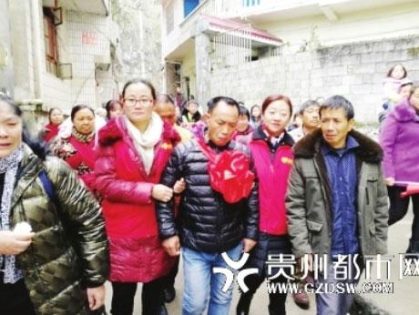 Anh Chu Yongxi (áo đen đứng giữa) đoàn tụ với các chị gái, anh trai mình nhưng ngậm ngùi vì không còn cơ hội gặp lại bố mẹ nữa. Ảnh: Sohu.