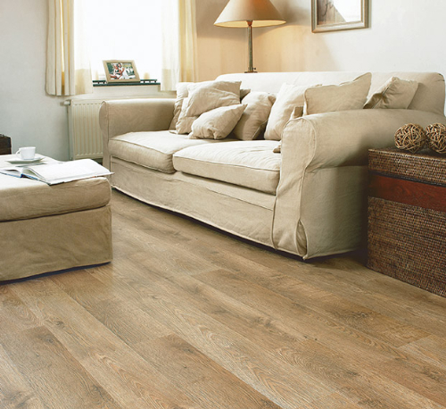 Kết hợp sàn gỗ và nội thất làm rộng căn hộ chung cư 50 m2