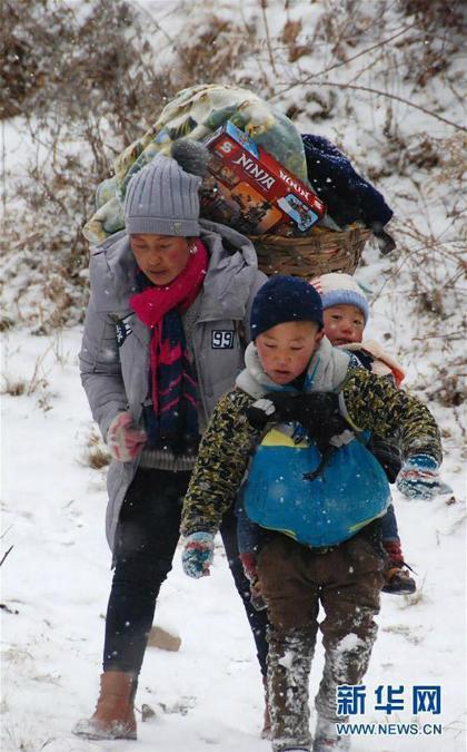 Cậu bé Trung Quốc cõng em vượt núi trong cái rét âm 11 độ