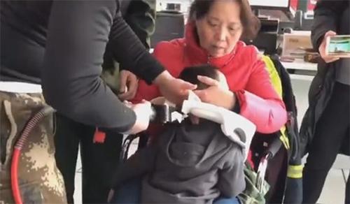 Cảnh sát phải tìm giải pháp để cứu em bé mà không gây thương tích ở cổ.