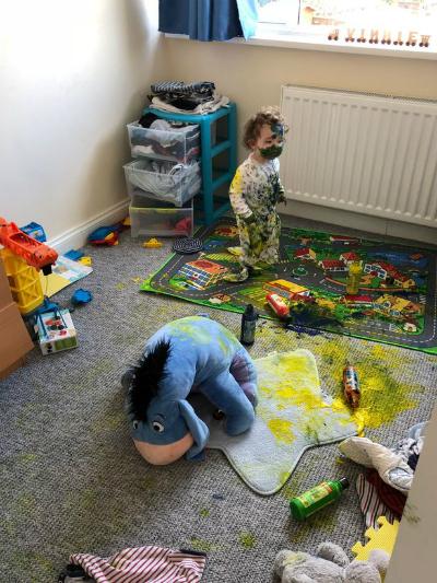 Tác phẩm của hai đứa trẻ sau 5 phút vắng mẹ - Ảnh:Mercury Press & Media
