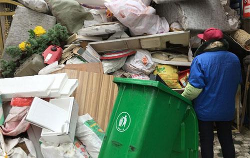 Chị Lu Xiaomei vẫn thực hiện công việc như thường lệ khi đa số đồng nghiệp về quê ăn Tết. Ảnh:Scmp.