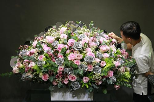 Bình hoa cắm dạng tròn với hơn 200 đóa hồng nhập ngoại.
