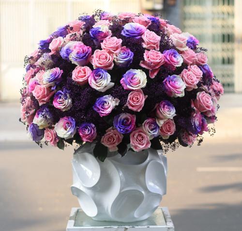 Bình hoa hồng có 3 màu trên một cánh có giá 45 triệu đồng.