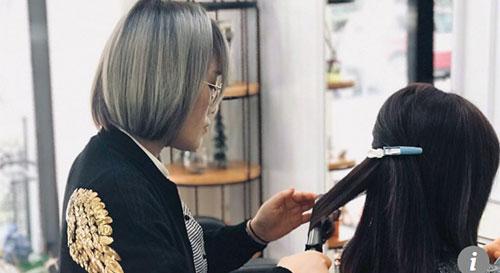Tháng cận Tết là thời điểm cô thợ cắt tóc Maggie Lu đông khách nhất vì ai cũng muốn có mái tóc đẹp, mới khi đi thăm họ hàng đầu năm. Ảnh: Scmp.
