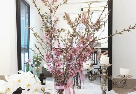 anh đào sakura trung bình vào khoảng 300 đến 400 ngàn/ cành, với độ bền khoảng 10-12 ngày.