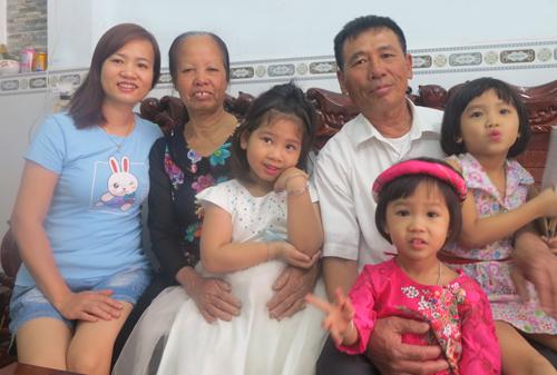 Hơn 10 năm qua, gia đình ông Tiễu chưa một lần sum họp đủ cả nhà, vì không có dịp. Ảnh: Phan Thân