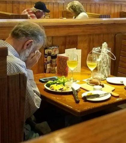 Người chồng góa một mình bên bàn ăn khiến nhiều người rơi lệ