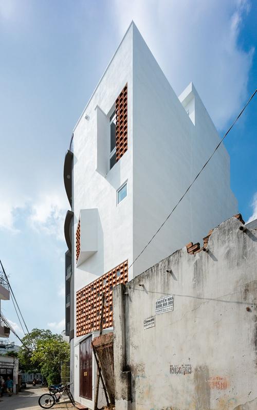 Nhà Sài Gòn lung linh nắng gió nhờ mặt tiền khác lạ