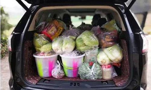 Bố mẹ chất đồ quê đầy ôtô cho con lên thành phố