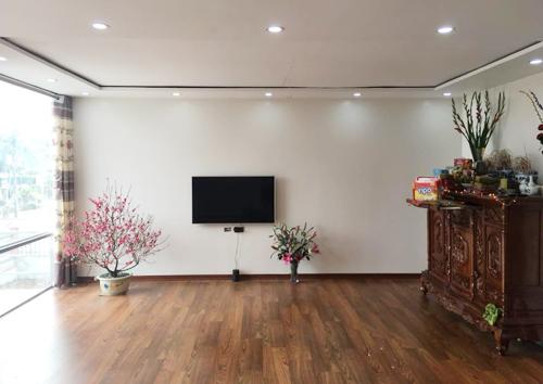 Bên trong nhà khang trang với tường sơn trắng, sàn gỗ như các căn nhà ở thành phố.