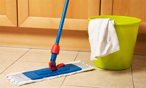 Nếu nhà bị nồm, chủ nhà không được lau bằng khăn ướt, phải đóng kín cửa. Ảnh minh họa: Supermama.