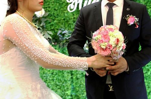 Cô dâu Hương và chú rể Quân trong đám cưới giả ở Nghệ An. Ảnh: AFP.