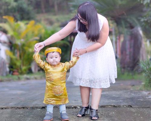Không phụ công chăm sóc của ba mẹ, những khó khăn vất vả của dì Sang, bé Kem khỏe mạnh, bụ bẫm, lúc nào cũng ngoan ngoãn. Ảnh: NVCC