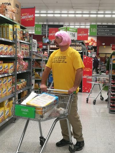 Người chồng 45 tuổi đội tóc màu hồng cả ở những nơi đông người như siêu thị, ngoài đường phố.