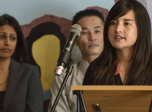 Phi Nguyen,Văn phòng tư vấn pháp lý người Mỹ gốc Á, đang trả lời truyền thông trong một cuộc họp báo liên quan tới vụkhởi kiện chính quyền Mỹ giam giữ vô thời hạn người nhập cư Việt Nam. Ảnh: Firenews.