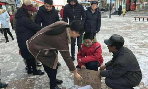 Zhang và tấm bìa ghi dòng chữ xin tiền cứu mẹ - Ảnh: SCMP
