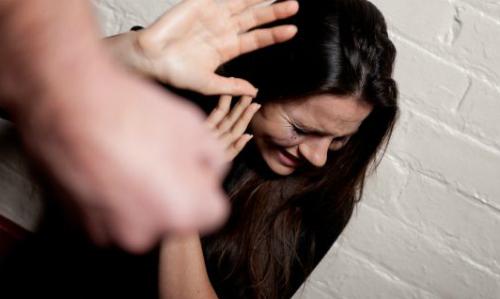 Sự thành công ngoài xã hội là nguyên nhân khiến chị Dịu bị chồng đánh - Ảnh minh họa: Irish Times