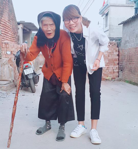 Hải Yến và bà nội.